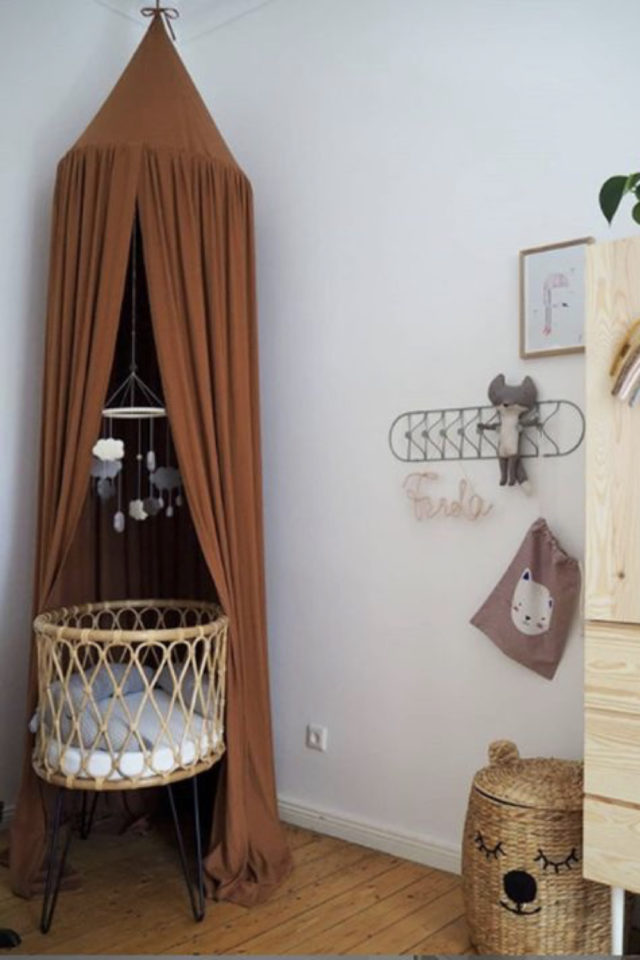 chambre bébé neutre exemple berceau en rotin et ciel de lit terracotta moderne