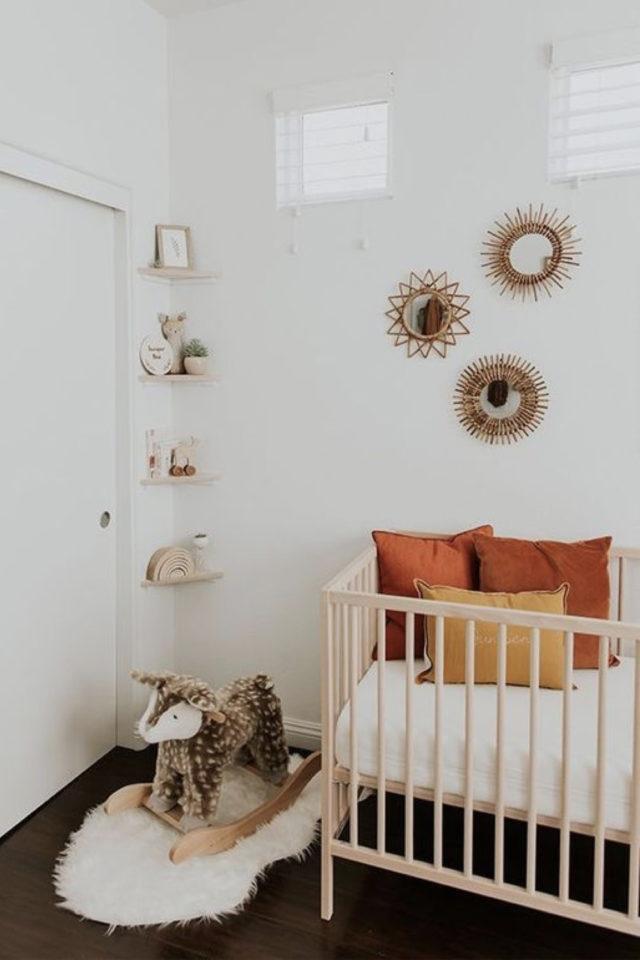 chambre bébé neutre exemple blanc et couleur accent terracotta et ocre