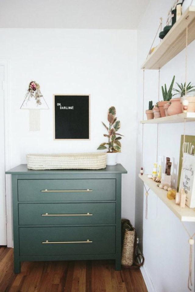 chambre bébé neutre exemple commode vert sauge mur blanc