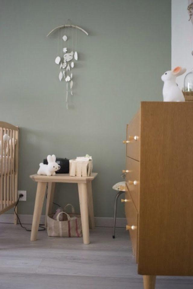 chambre bébé neutre exemple peinture vert sauge mobilier bois