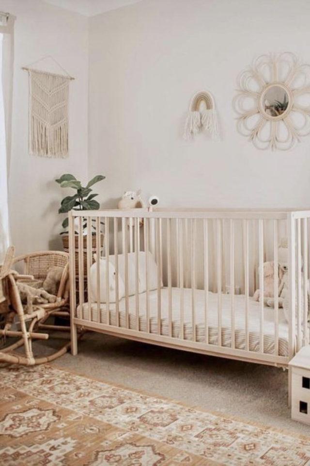 chambre bébé neutre exemple couleur claire neutre blanc bois macramé