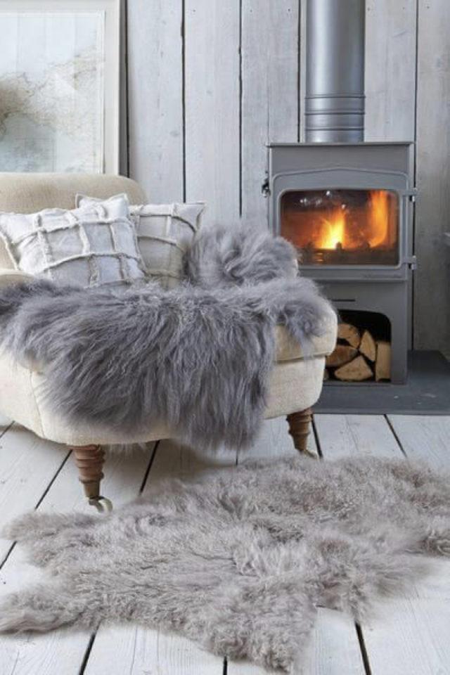 comment creer salon cocooning hiver poele a bois petite taille fauteuil et plaid fourrure