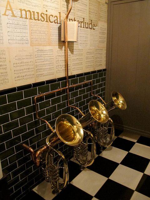 decorer instrument classique exemple instrument à vent transformé salle de bain toilettes