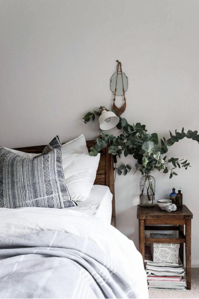 idee a copier deco chambre cosy eucalyptus vase en verre mobilier en bois style slow