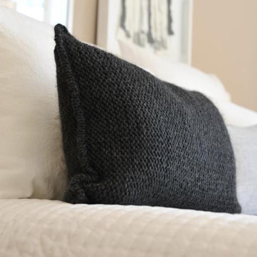 salon cosy housse de coussin pas cher coussin laine noir