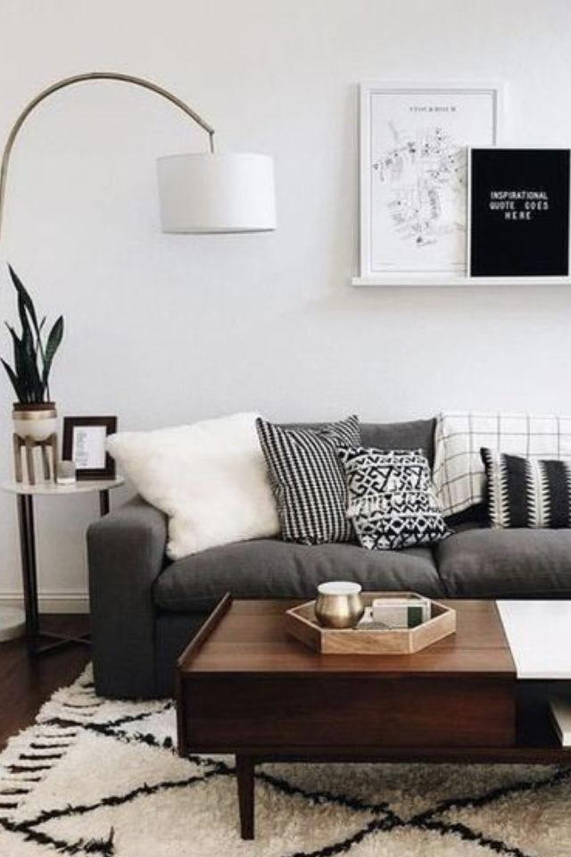 salon cosy nesting exemple canapé gris table bois sombre tapis berbere lampadaire blanc