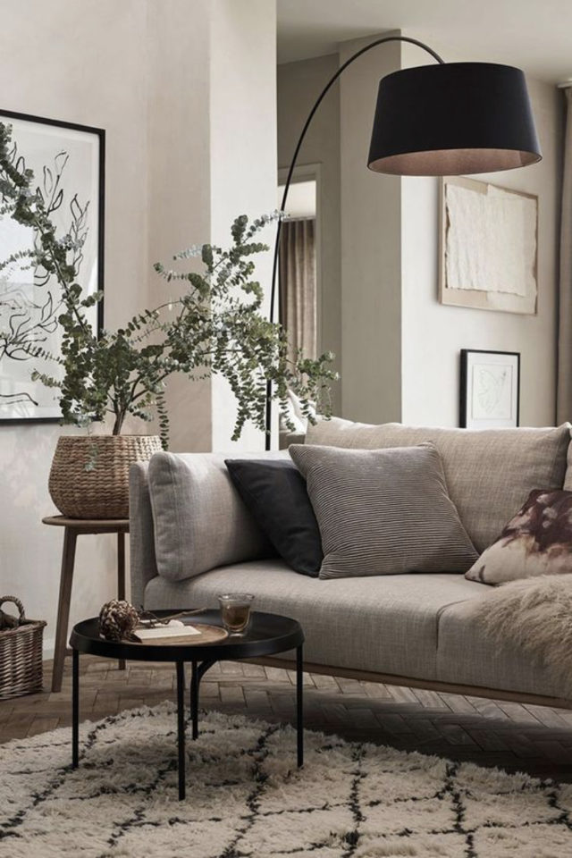 salon cosy nesting exemple canapé gris plante verte douceur couleurs neutres