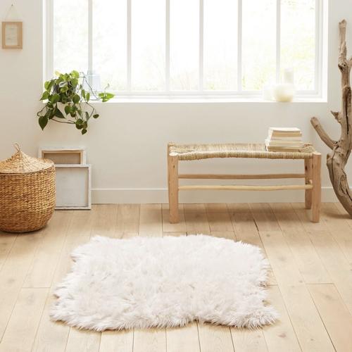 salon cosy tapis exemple fausse fourrure blanche