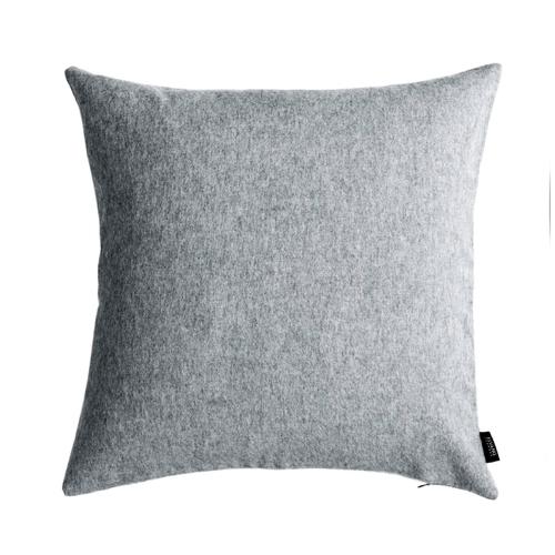 accessoire deco moderne gris salon coussin laine feutree design