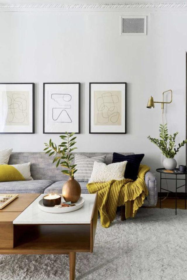 association couleur tendance et gris exemple salon moderne gris et jaune chaleureux cocooning plaid et coussin