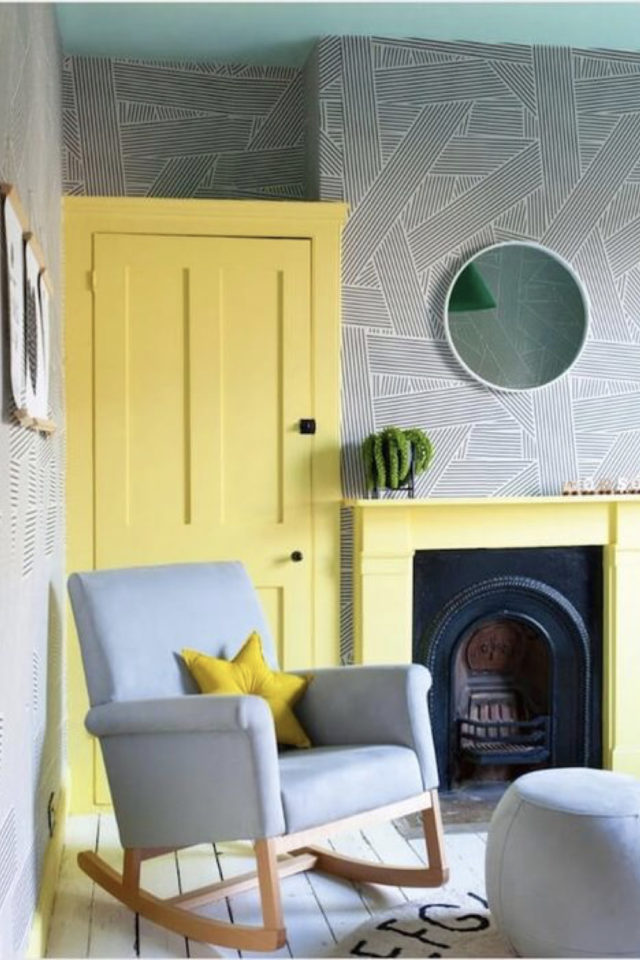 association couleur tendance et gris exemple peinture jaune et papier peint gris à motif