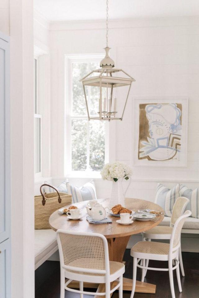 banquette angle coin repas 10 idées à copier style bord de mer couleur blanc bleu pastel bois cannage petite salle à manger gain de place