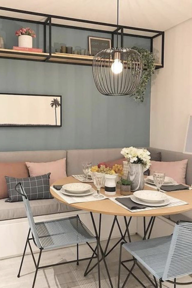 banquette angle coin repas style scandinave moderne petite table ronde bois peinture vert sauge etagere murale industrielle