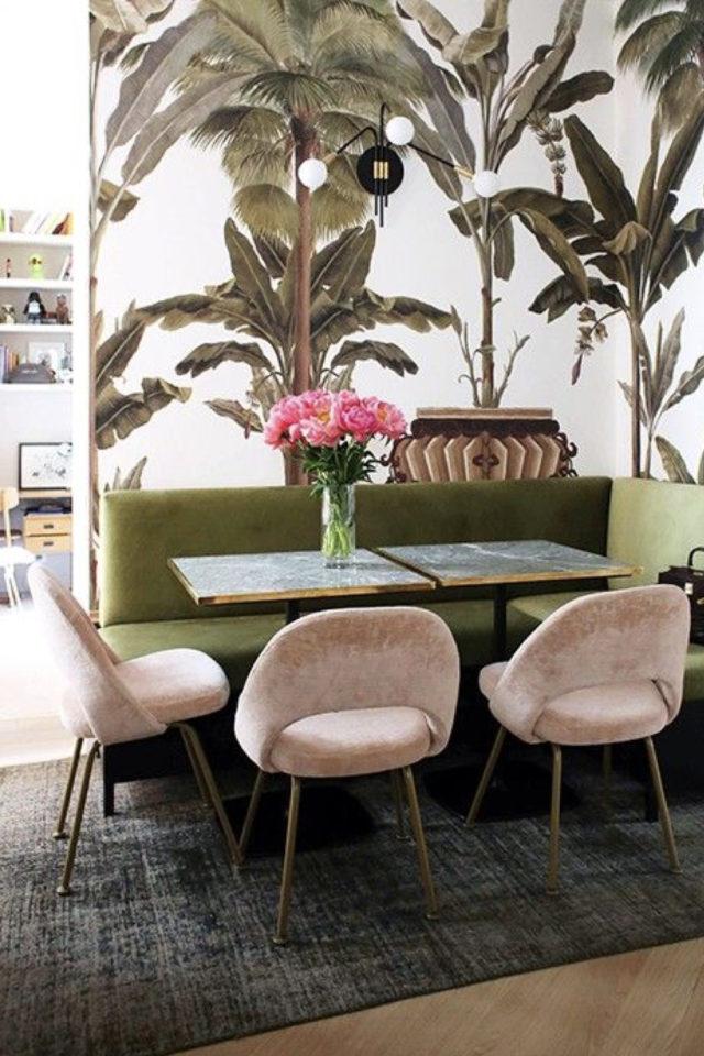 banquette angle coin repas 10 idées à copier papier peint tropical imprimé jungle revetement banquette velours vert fauteuil  velours rose et tapis gris