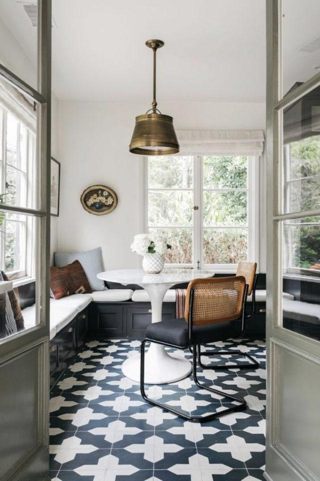 banquette angle coin repas classique chic lumineux carreaux de ciment portes vitrée grande banquette gris anthracite table laquée blanche ronde