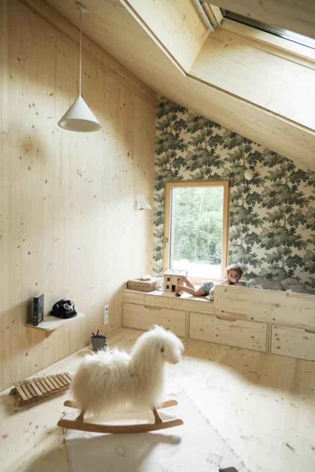 chambre enfant style nature moderne exemple bois clair papier peint vert bébé jeu