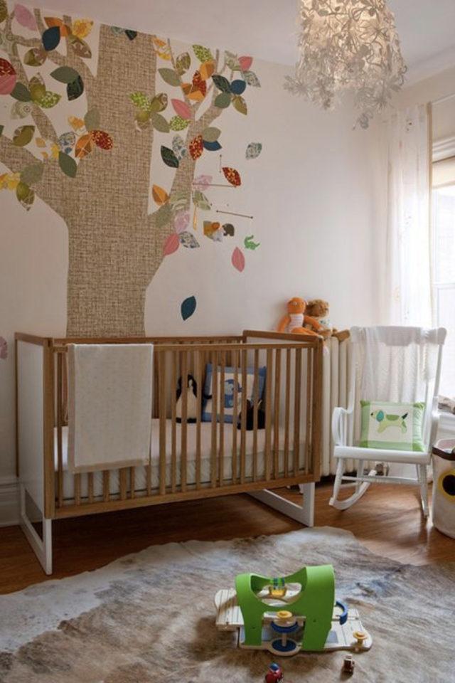 chambre enfant style nature moderne exemple bébé décor arbre près du lit à barreau