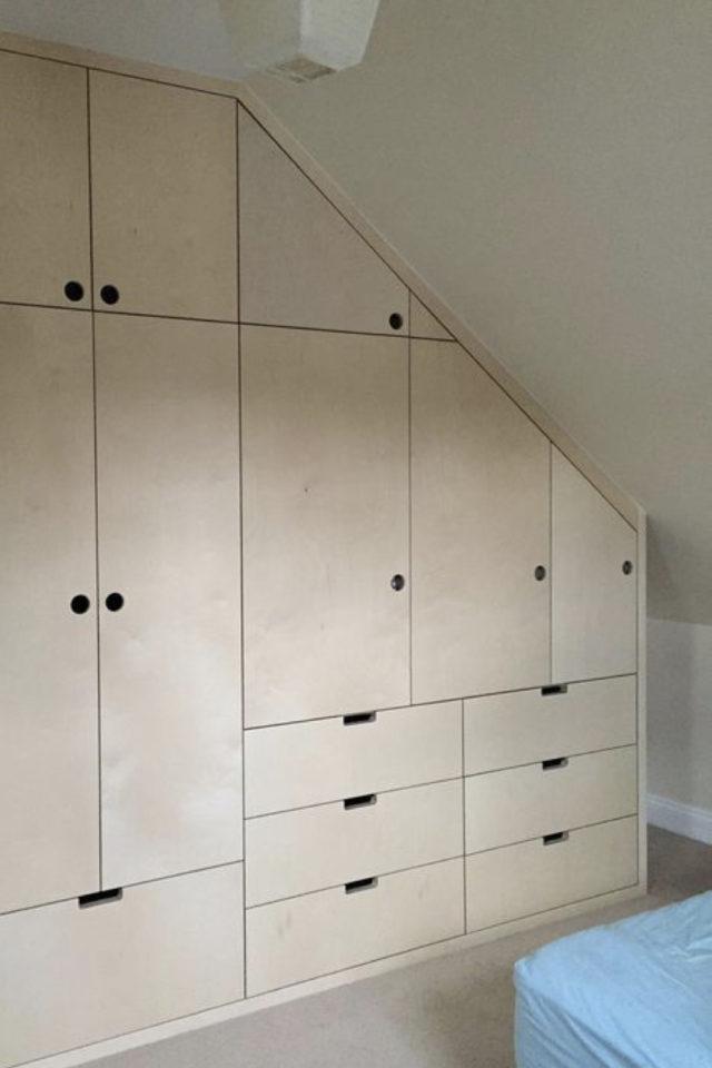 combles aménagés dressing exemple portes et tiroir en bois osb moderne