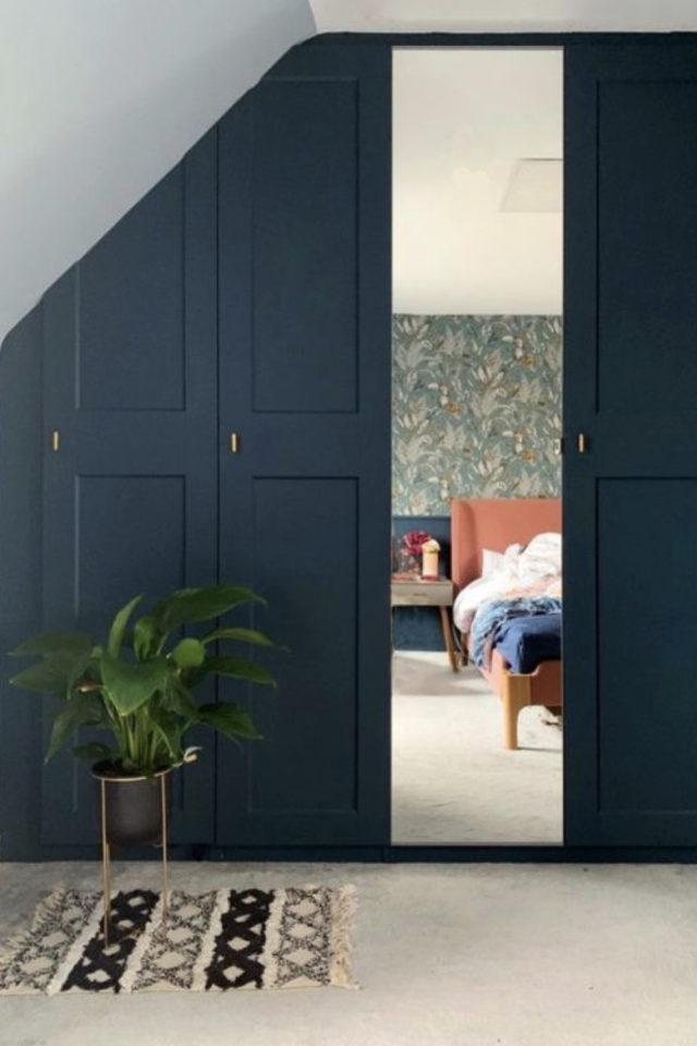combles aménagés dressing exemple jolie porte de placard bleu canard classique chic