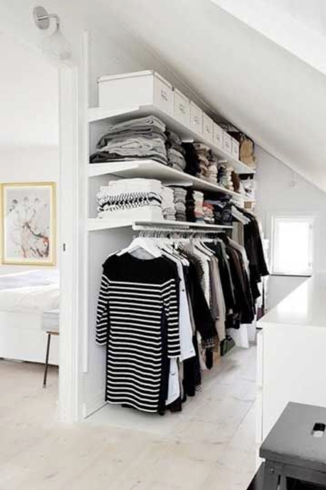 combles aménagés dressing exemple étagères montées sur crémaillères sur-mesure DIY pas cher