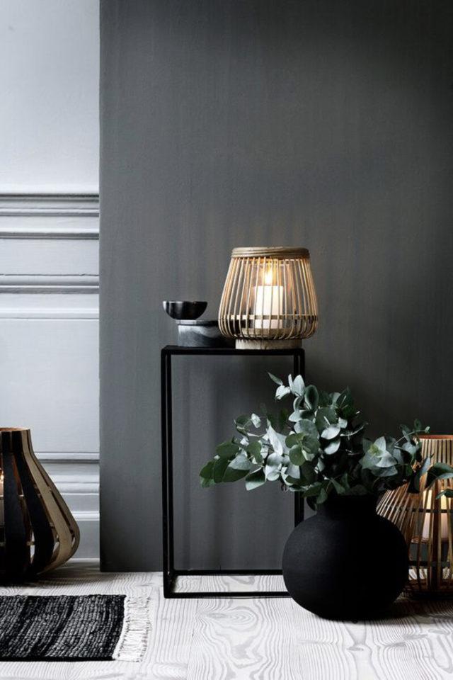 comment utiliser gris foncé déco détail déco peintire photophore en bois et guéridon