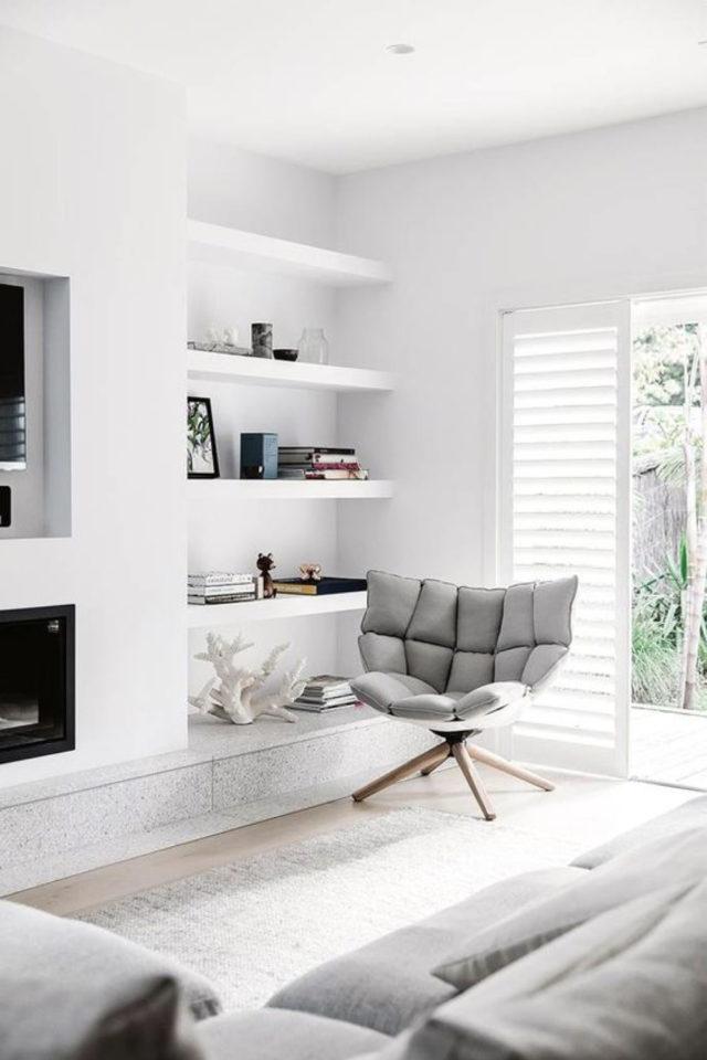 deco gris clair exemple petit fauteuil gris dans salon blanc