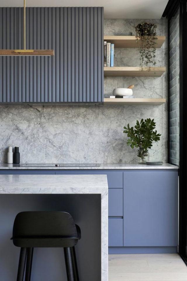 deco interieur couleur gris exemple cuisine moderne bleu et crédence en marbre gris-blanc