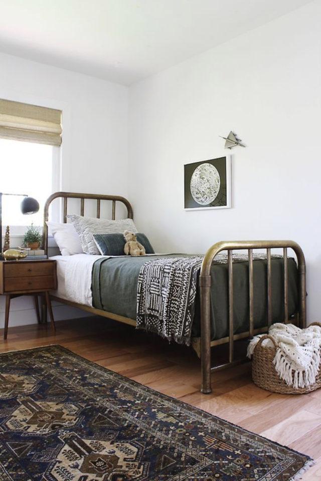 decoration chambre enfant lit metal exemple laiton table de chevet vintage midcentury ambiance claire