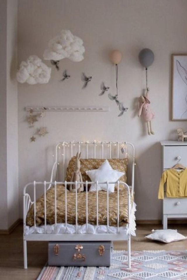 decoration chambre enfant lit metal exemple ambiance poétique et douce déco nuage etoile