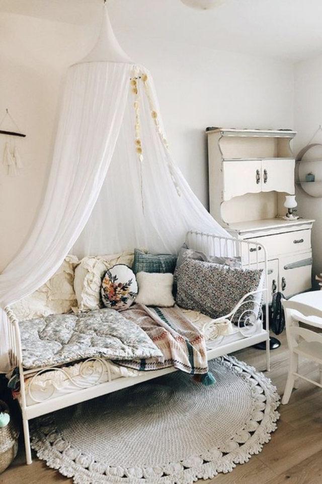 decoration chambre enfant lit metal exemple ciel de lit blanc mit en métal banquette petite fille