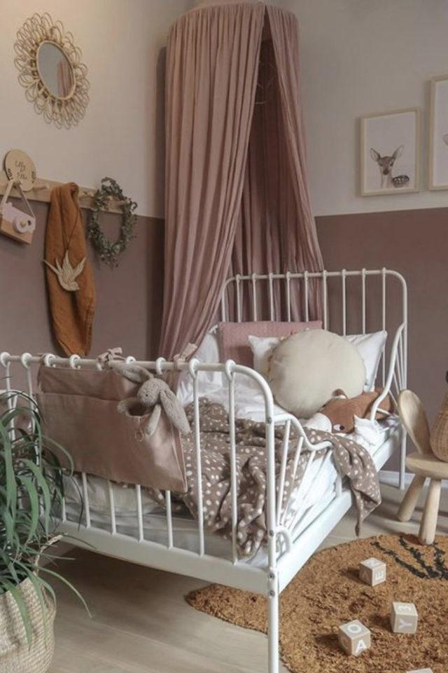 decoration chambre enfant lit metal exemple fille peinture rose, ciel de lit rose poudré et lit blanc