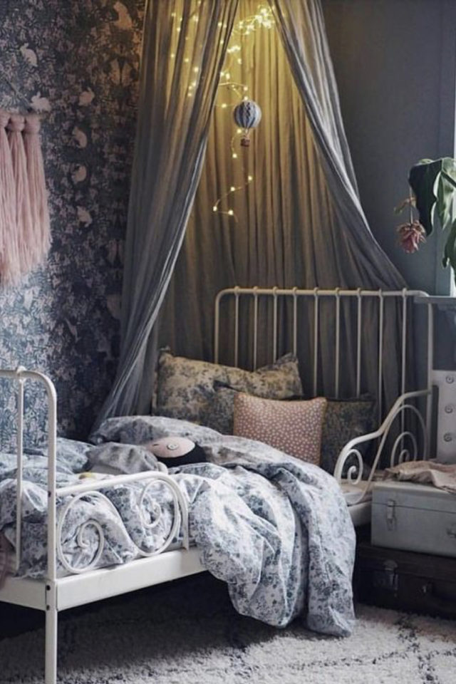 decoration chambre enfant lit metal exemple papier peint bleu gris à fleur, ciel de lit gris, lit métal blanc