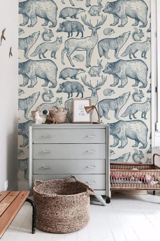 decoration chambre enfant nature exemple papier peint blanc et vert dessin illustration animaux de la foret ours cerf lapin ambiance poétique et douce