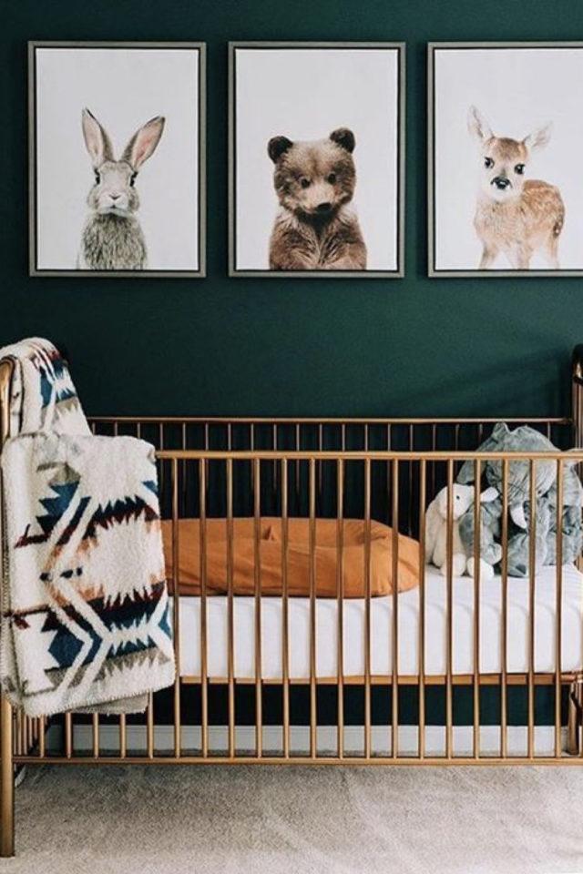 decoration chambre enfant bébé nature exemple mur vert, berceau bois et affiches animaux