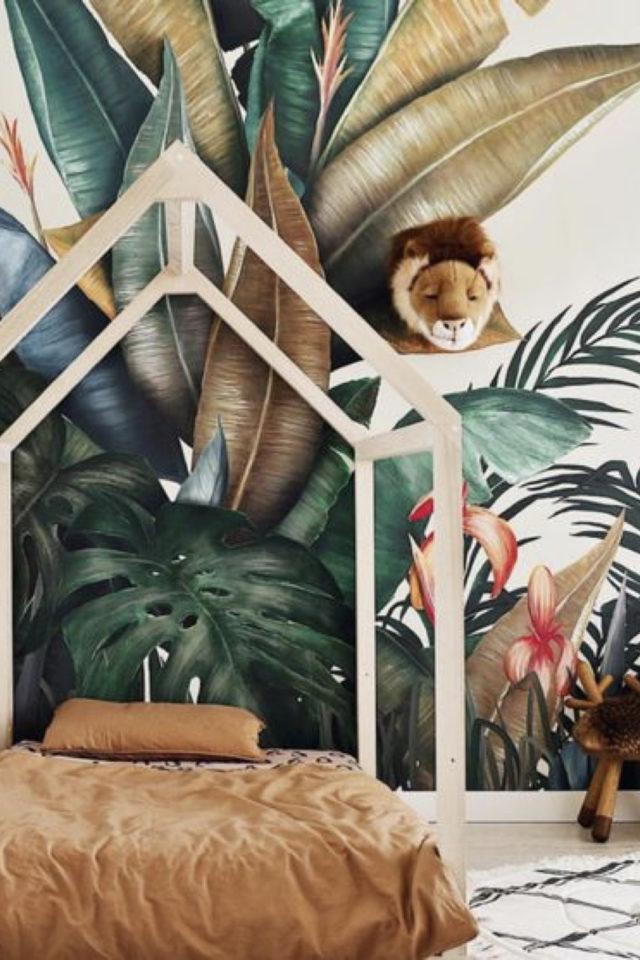decoration chambre enfant nature exemple jungle tropicale décor papier peint lit cabane et trophée lion
