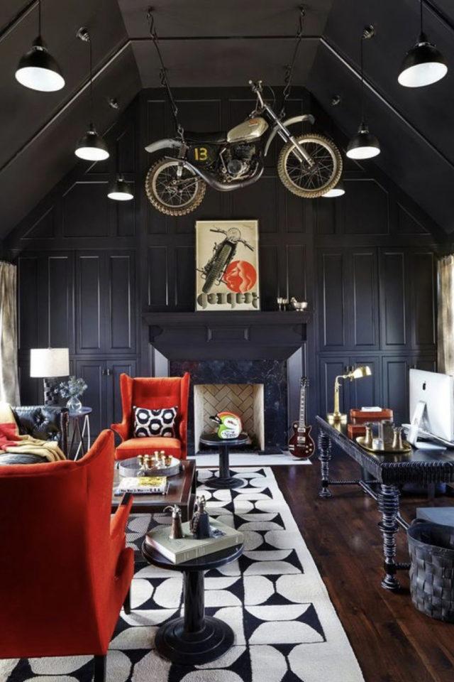 decoration rock noire ambiance sombre moto suspendue fauteuil rouge