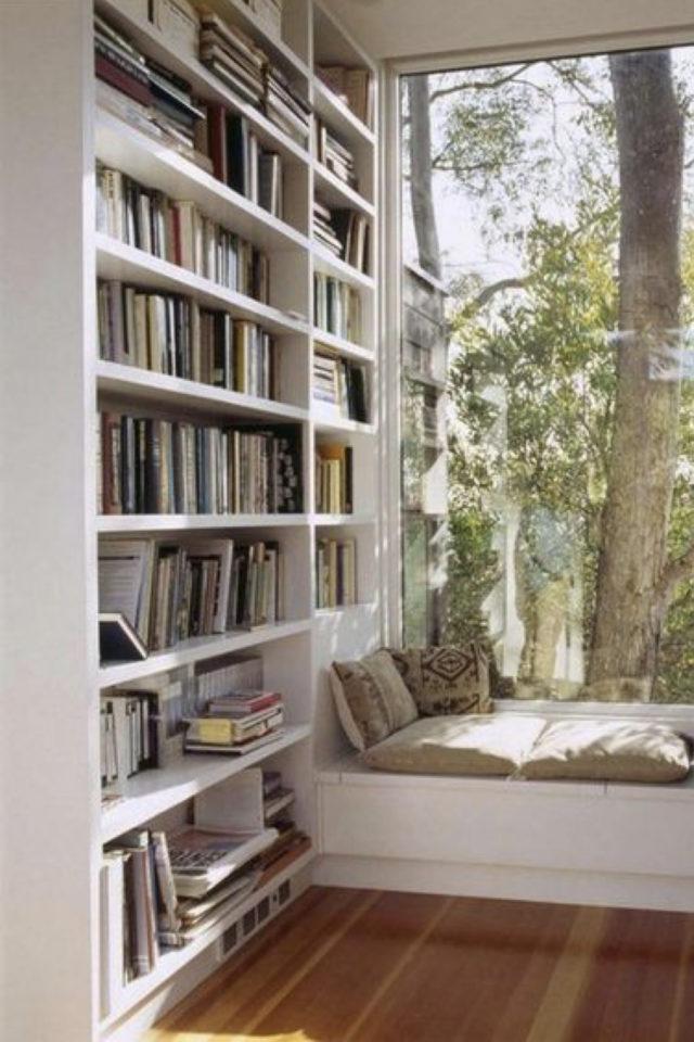 exemple amenagement coin lecture salon bibliothèque grand format et banquette proximité fenêtre et jardin