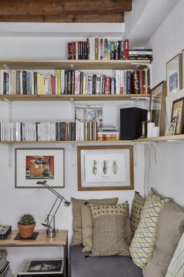 exemple amenagement coin lecture salon étagère simple banquette et petite bout de canapé