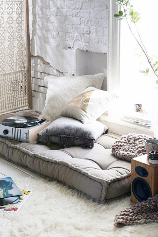 exemple amenagement coin lecture salon coussin de sol tapis exapce cosy cocooning