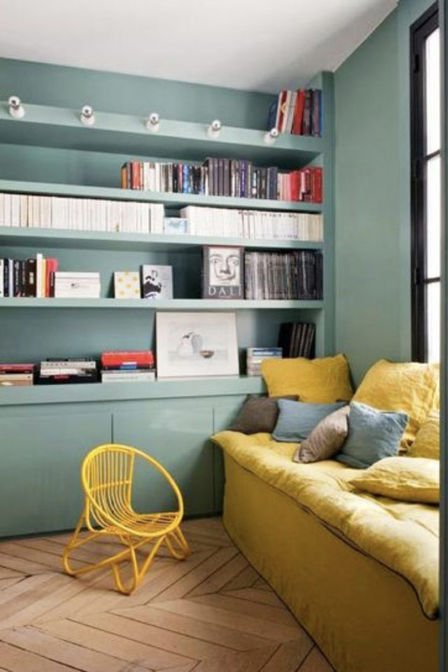 exemple amenagement coin lecture salon couleur vert jaune banquette canapé