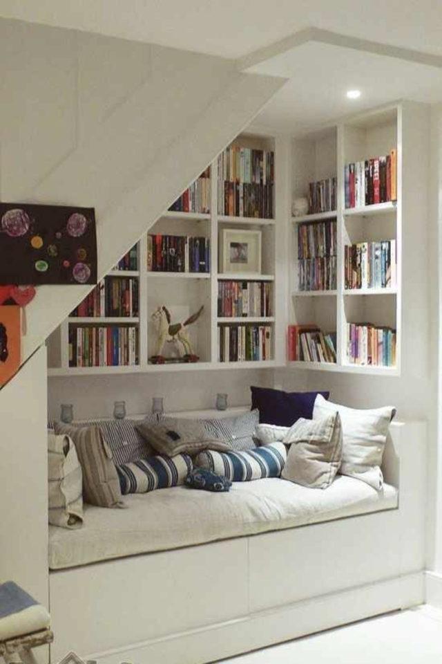 exemple amenagement coin lecture salon dessous escalier agencement sur-mesure banquette niche