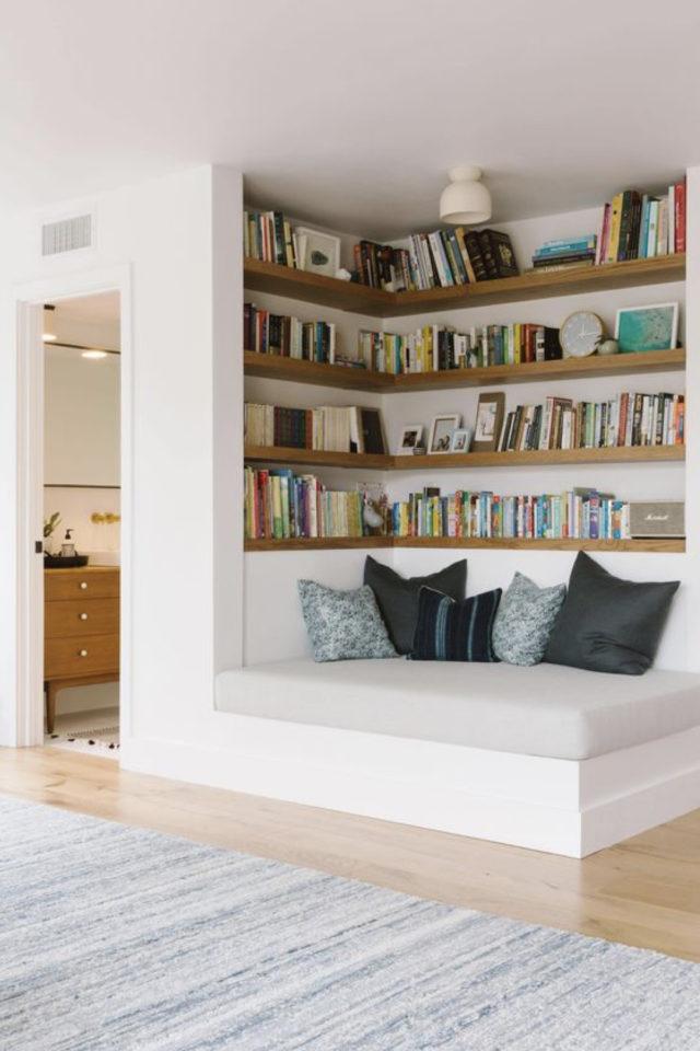 exemple amenagement coin lecture salon estrade banquette coussin de sol étagères murales sur-mesure