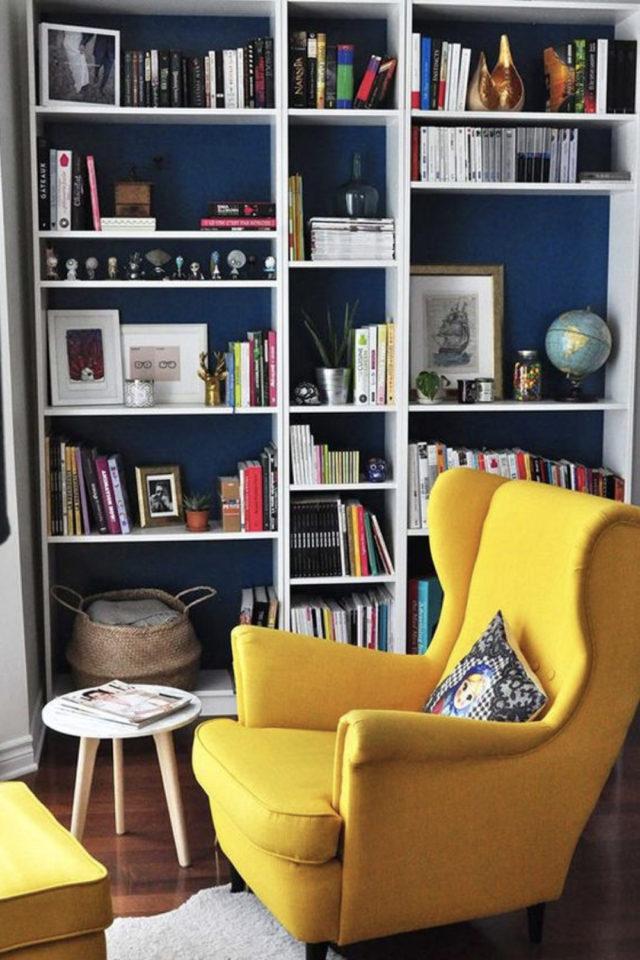 exemple amenagement coin lecture salon bibliothèque blanche mur peinture bleu canard et fauteuil jaune