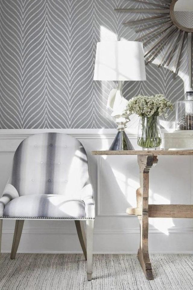 idee deco a copier gris papier peint motif abstrait salon séjour salle à manger entrée console en bois clair lampe abat-jour et fauteuil
