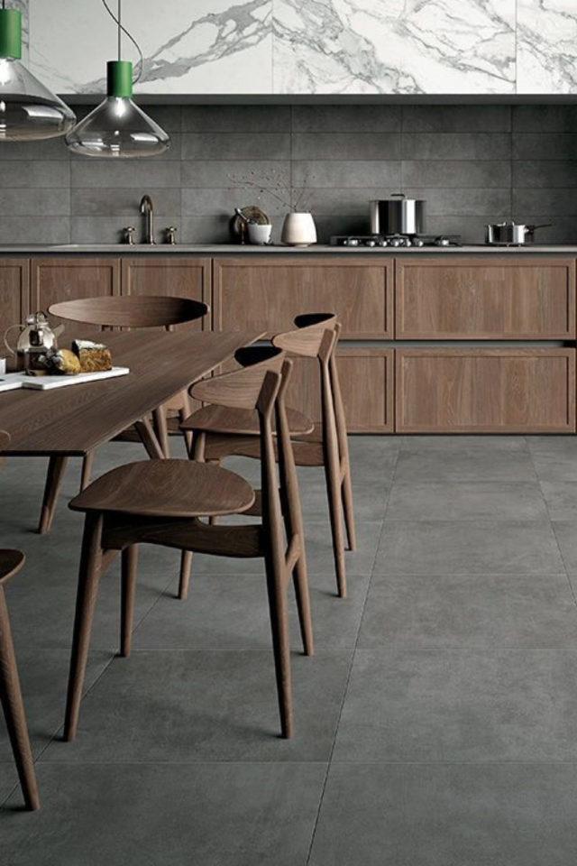 idee deco a copier gris carrelage mur et sol cuisine meuble en bois foncé moderne et chaleureux