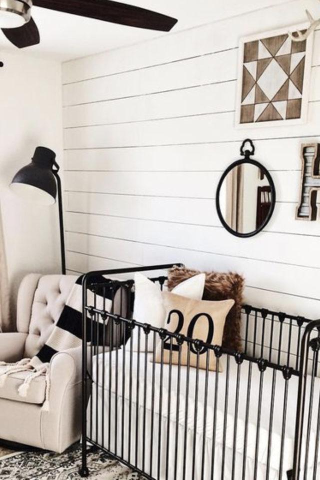 lit bébé en métal deco chambre exemple lambris mural blanc décor épuré et chaleureux