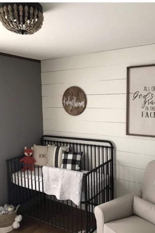 lit bébé en métal deco chambre exemple couleur et lambris bois clair
