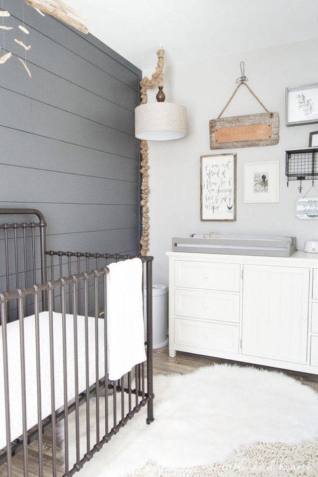 lit bébé en métal deco chambre exemple lambris peinture ambiance lumineuse et douce
