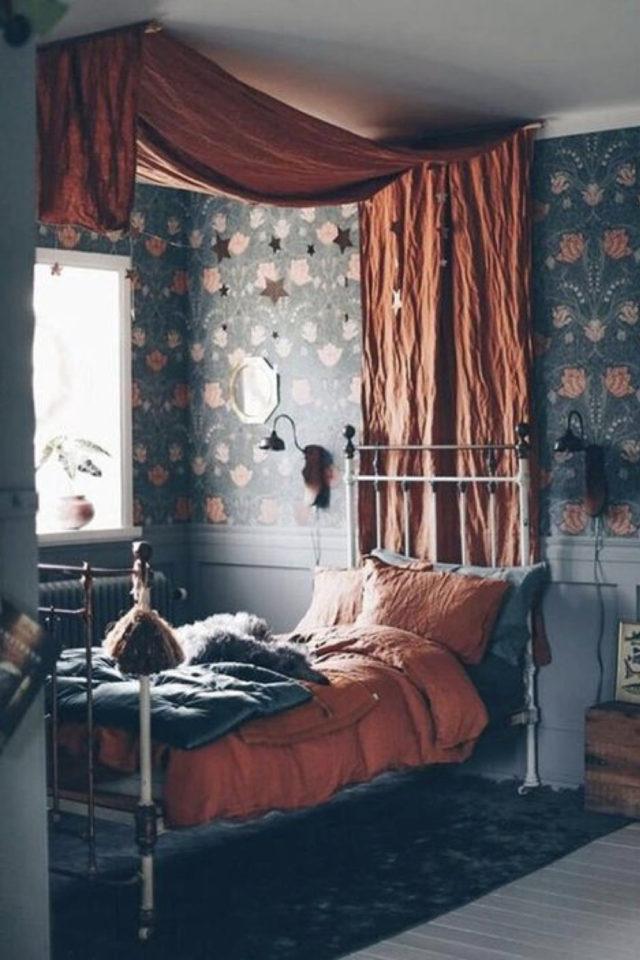 lit metal vintage deco chambre ado exemple papier peint fleuri baldaquin terracotta ambiance classique chic