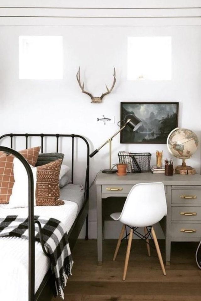 lit metal vintage deco chambre ado exemple bureau vintage lampe chinée et globe terrestre